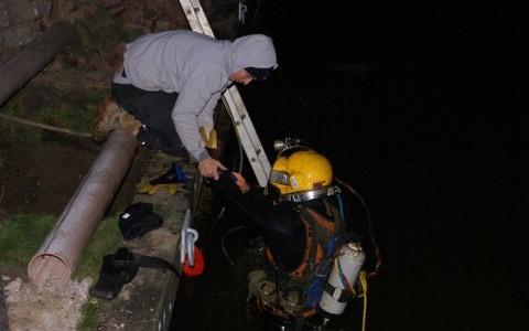 Doorvoer boren in kade voor drainage