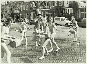 Spelende kinderen Eindenhoutstraat 1984